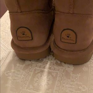 Beautiful Bearpaw boot size 4
